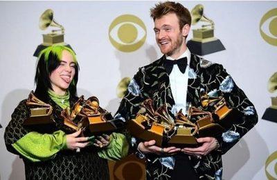 Artista de 18 años se queda con los cuatro principales premios Grammy