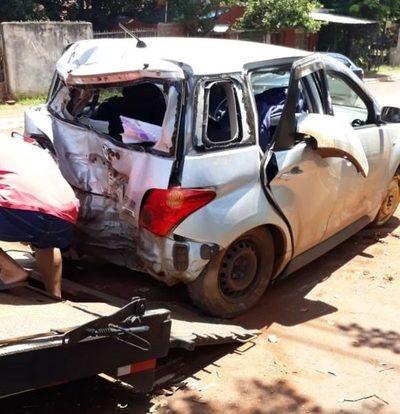 Vehículo choca contra un árbol y ocupantes sufren lesiones