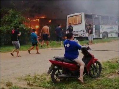 Incendio afecta a una parada de buses en Mariano Roque Alonso