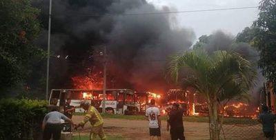 Unos 15 buses ardieron en Roque Alonso