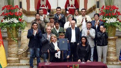 Presidenta Áñez pide renuncia de sus ministros