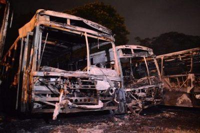 Llamas consumen más de una docena de buses en Mariano