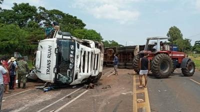 HOY / Camión vuelca sobre una  furgoneta: cuatro muertos y  chofer en estado de shock