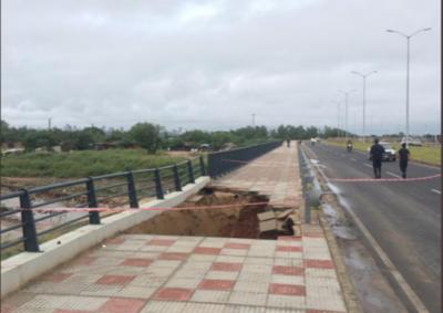 HOY / Se desmorona parte de puente en la Costanera norte