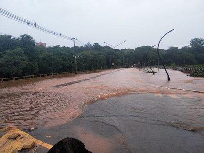 Lluvia provoca desborde de Lago de la República en Ciudad del Este