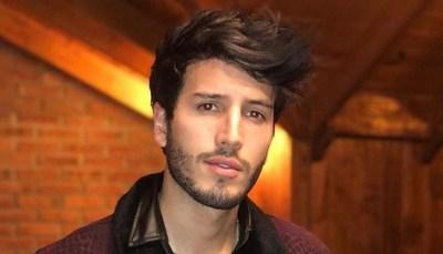 """Sebastián Yatra en el ojo de la tormenta por """"sexualizar"""" a colegialas"""