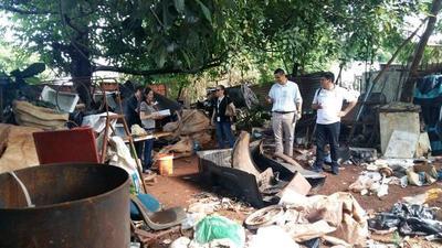 Allanan vivienda y recogen gran cantidad de criaderos de mosquito