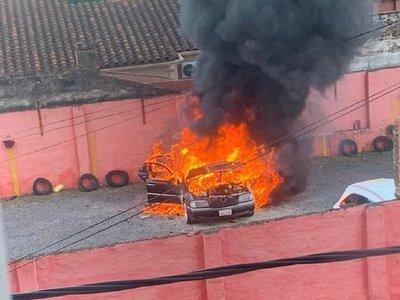Vehículo en llamas en un estacionamiento de Asunción