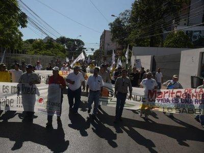 Funcionarios llegan hasta Hacienda para presionar por sobresueldos