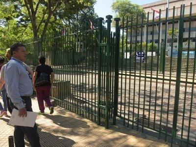 Trabajadores cierran la ANDE para movilizarse por beneficios
