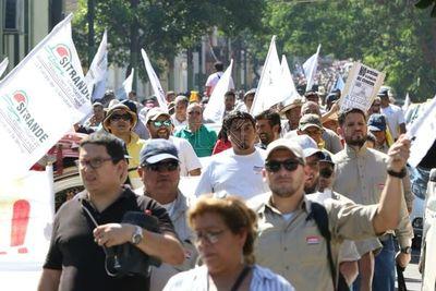Funcionarios públicos marchan y piden destitución de Benigno López