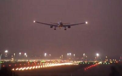 Avión con problemas aterriza con éxito