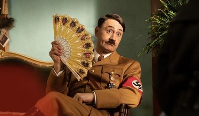"""Taika Waititi se viste de Hitler en la sátira antinazi """"Jojo Rabbit"""""""