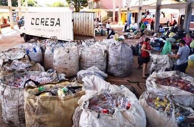 Estudiantes recolectan residuos y promueven la correcta separación de desechos