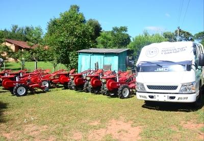 MAG entrega maquinarias e implementos agrícolas a productores de varios departamentos