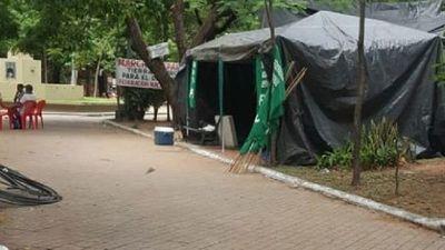 Ordenan desalojar a representantes de la FNC de plaza