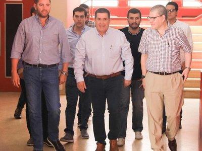 Horacio Cartes visita sede de ANR durante feria de empleos