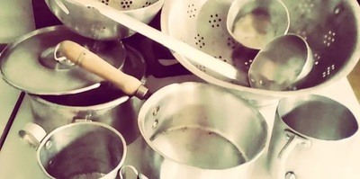 Investigación analizó migración de aluminio a alimentos desde envases y utensilios de cocina