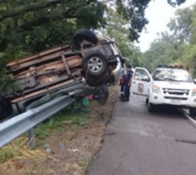 Vehículo vuelca en Ypacaraí tras fuerte temporal