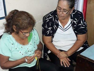 Abues hacen crochet como terapia grupal