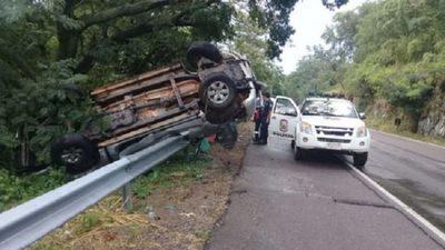 Camioneta vuelca tras temporal en Ypacaraí