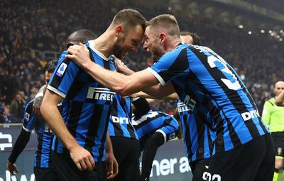 Inter doblega al Milan y alcanza la cima en la Serie A