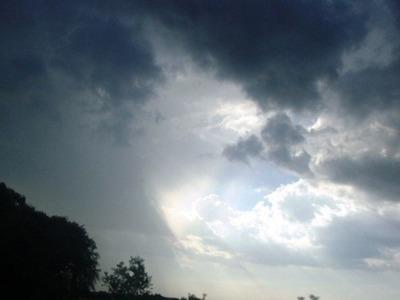 Vientos leves del sur y lluvias dispersas para hoy