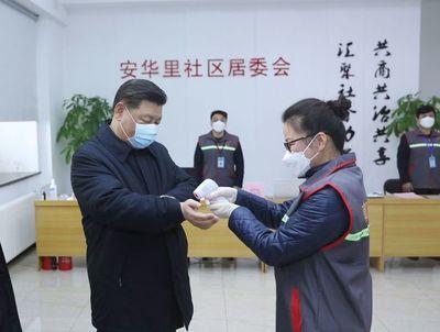El coronavirus deja 900 muertos y el presidente chino aparece con máscara