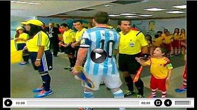 Messi ignora a niño que queria saludarlo (VIDEO)
