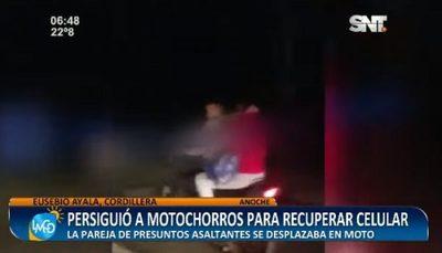 Mujer persigue a motochorros hasta recuperar su teléfono
