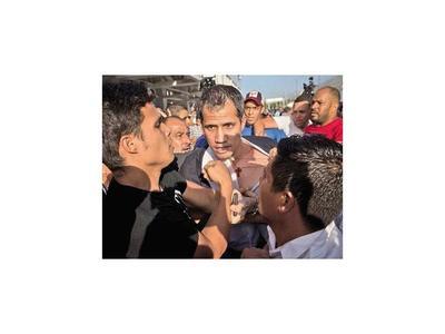 Guaidó regresa a Venezuela y turba chavista lo agrede