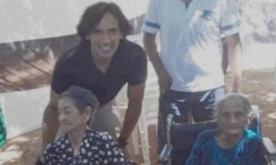 Roque Santa Cruz visitó a 2 abuelitas fanáticas del Olimpia