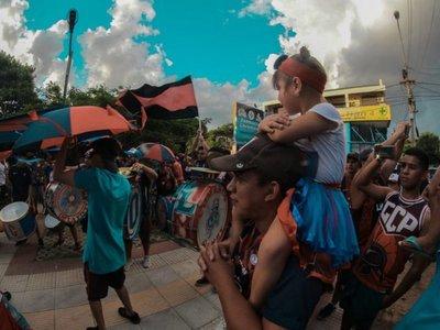 Una multitud alienta a Cerro Porteño fuera de La Nueva Olla