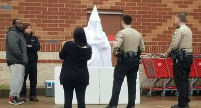 Hombre negro se viste como militante del Ku Klux Klan