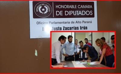 Comitiva municipal desmantela oficina parlamentaria de Lucho Zacarías