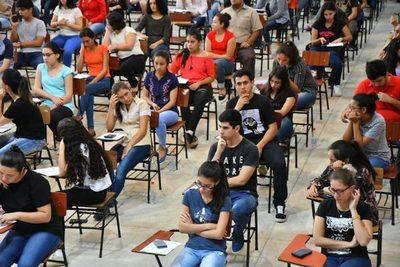 En primer día, 1.300 jóvenes postularon a Becas Itaipu-Becal