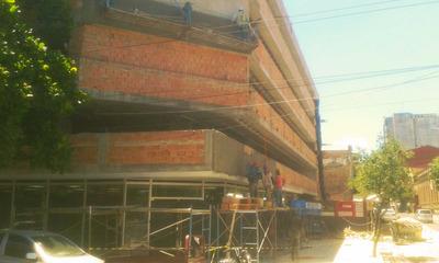 Construyen edificio para estacionamiento en el microcentro
