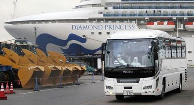 Evacúan al primer grupo de pasajeros del crucero en cuarentena en Japón