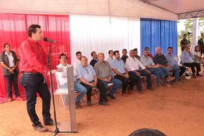 """Habilitan 35 km de asfaltado con """"dedicatorias"""" a Efraín Alegre (por ruta de la mentira) y a los """"alérgicos"""" a las deudas para el desarrollo"""