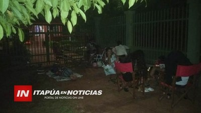PADRES ACAMPARON FRENTE AL COLEGIO SAGRADO CORAZÓN DEL B° ARROYO PORÃ