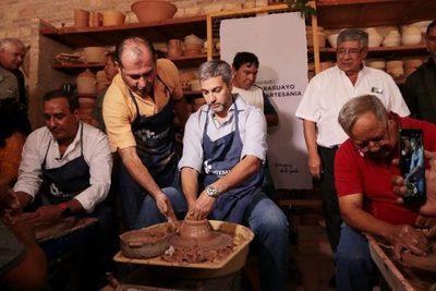Abdo Benítez visita a artesanos de Areguá