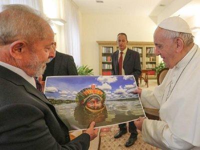 Lula entrega al Papa foto de un indígena en preocupación por el Amazonas