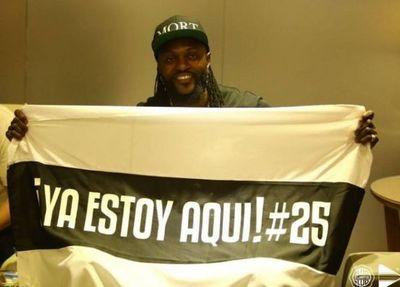 Adebayor pisó suelo paraguayo y fue recibido como un ídolo
