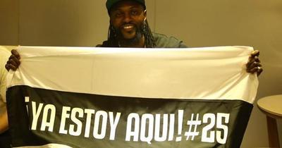 Impresionante recibimiento a Adebayor, nuevo jugador del Olimpia