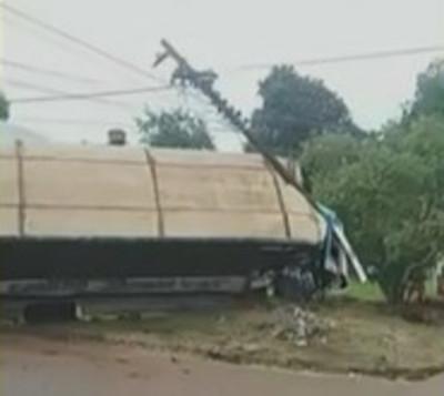 Ómnibus embistió contra columna de la ANDE en Ciudad del Este