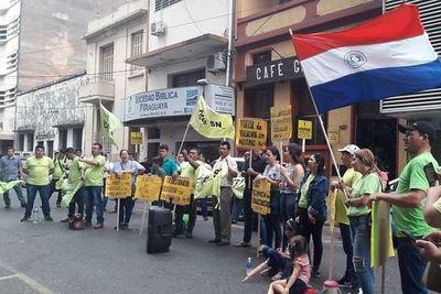 Docentes piden la renuncia de ministro Petta de Educación