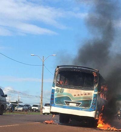 Bus estalla en llamas en plena Ruta PY2