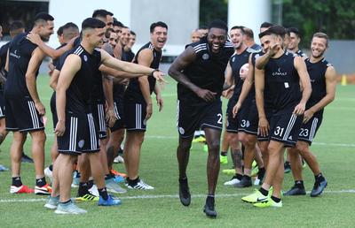 Los jugadores del decano ya recibieron a Emmanuel Adebayor