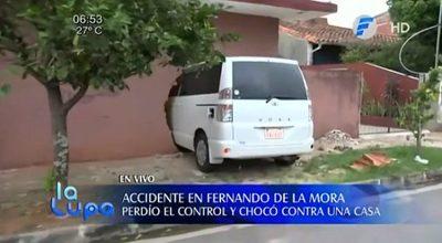 Mujer en estado de ebriedad choca por una vivienda