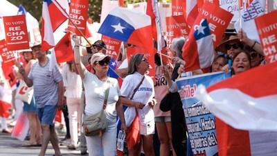 Miles de personas marchan en Santiago por el rechazo a una nueva Constitución